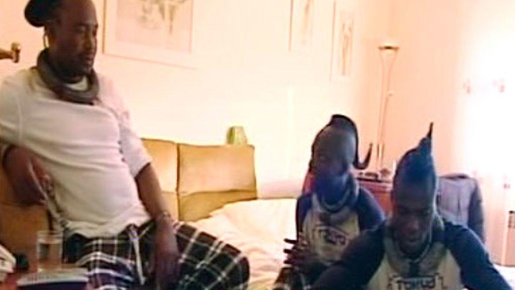 A los himba le sorprende el colchón hinchable