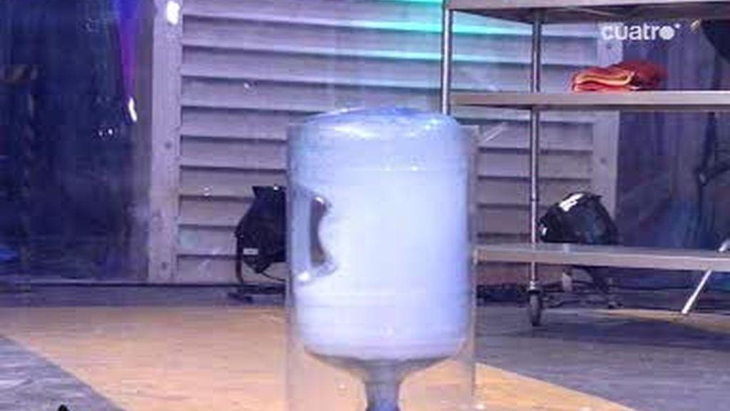 Flipy hace una explosión de hielo seco con Ricardo Darín