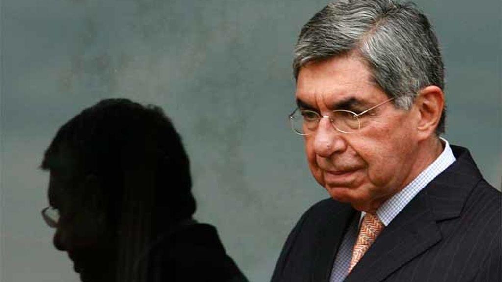 El presidente de Costa Rica, Óscar Arias, paseando en su residencia tra un encuentro con la vicepresidenta primera del Gobierno, María Teresa Fernández de la Vega