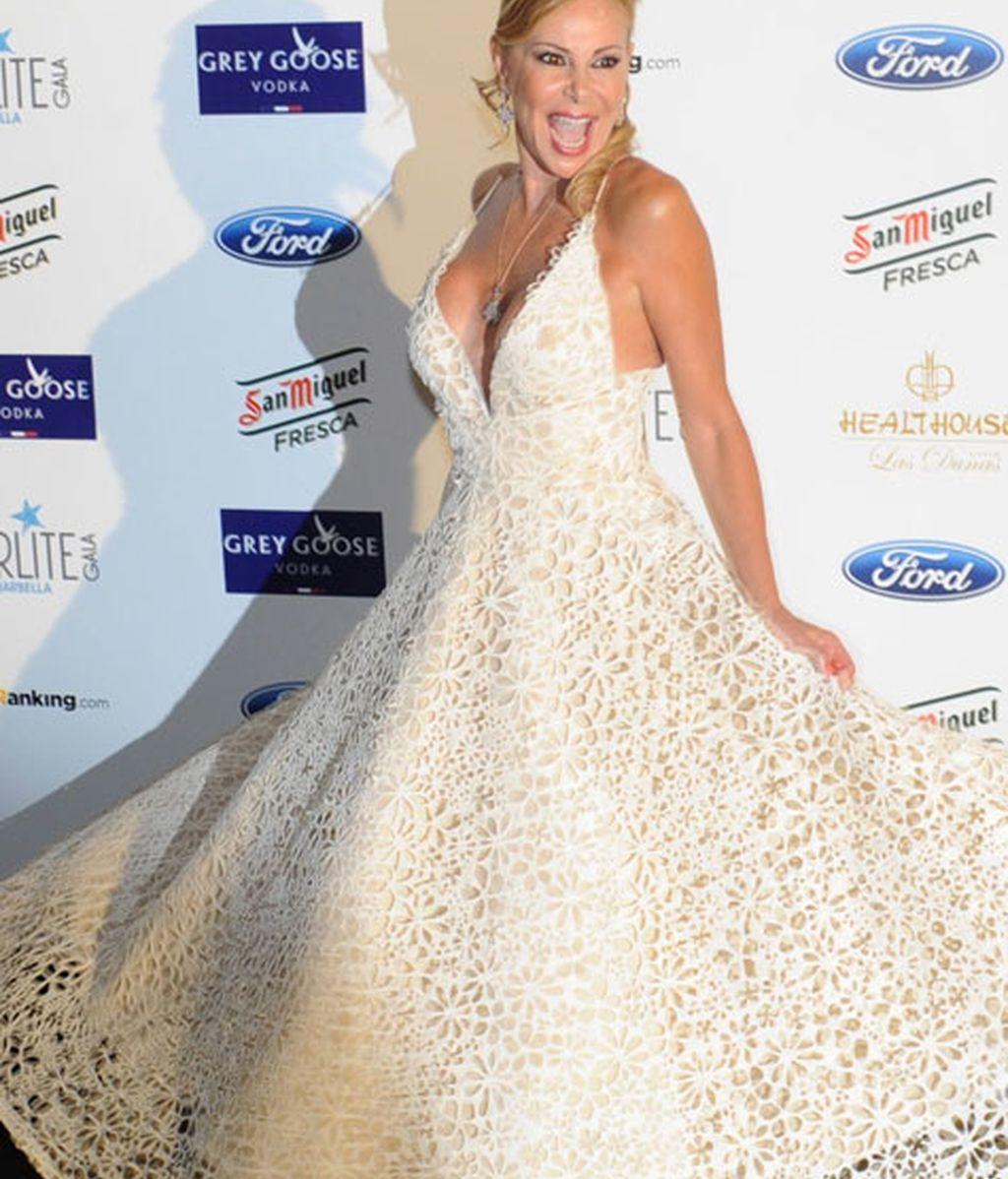 Ana Obregón se decantó por un vestido blanco escotado