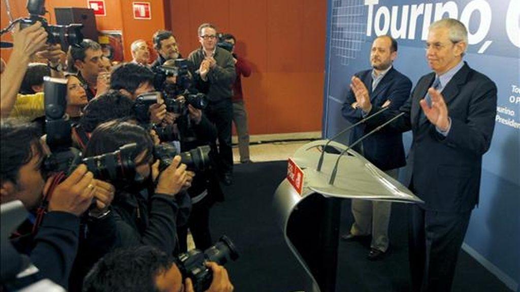El candidato socialista a la Presidencia de la Xunta y secretario general del PSdeG, Emilio Pérez Touriño durante la rueda de prensa que ha ofrecido tras conocer los resultados de las elecciones autonómicas, esta noche, en un hotel de Santiago de Compostela. EFE