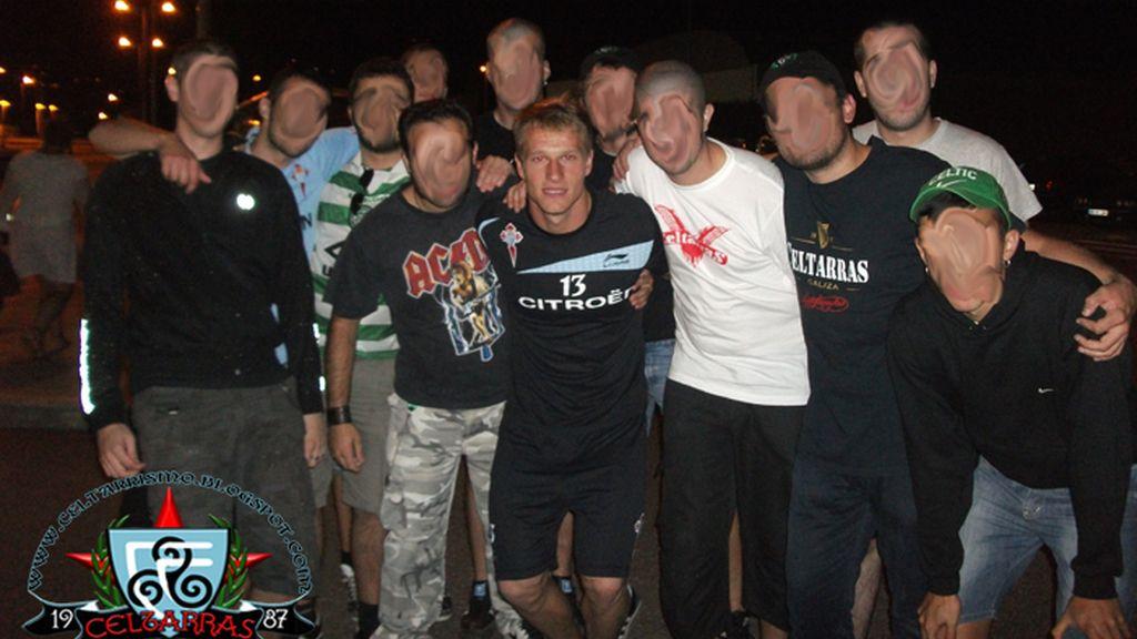 Yoel, exportero del Celta, posa en una foto con los Celtarras