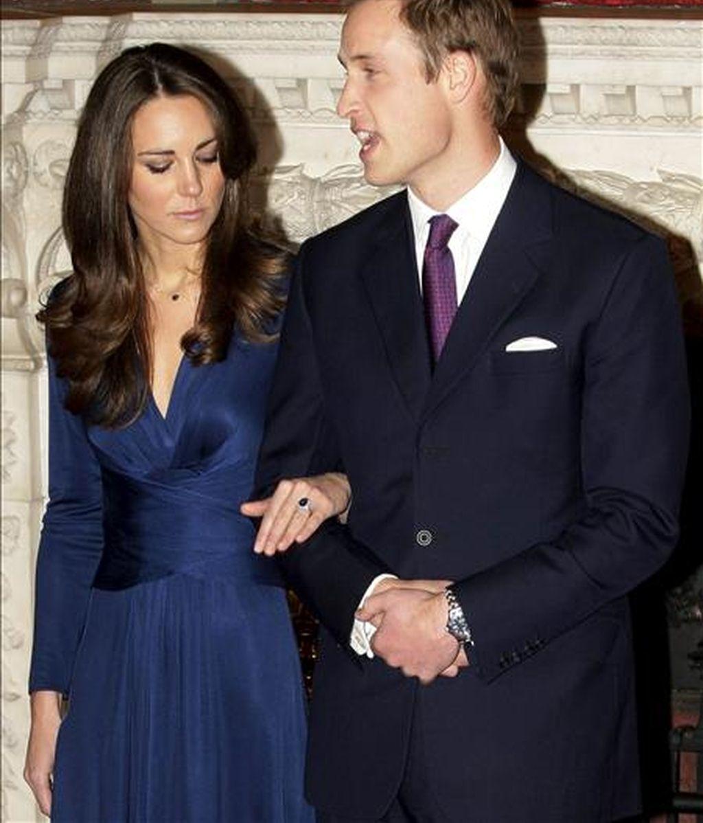 El príncipe Guillermo de Inglaterra y Kate Middleton posan para los medios durante el acto de anuncio de su enlace matrimonial, en el Palacio St James de Londres (R. Unido). EFE/Archivo