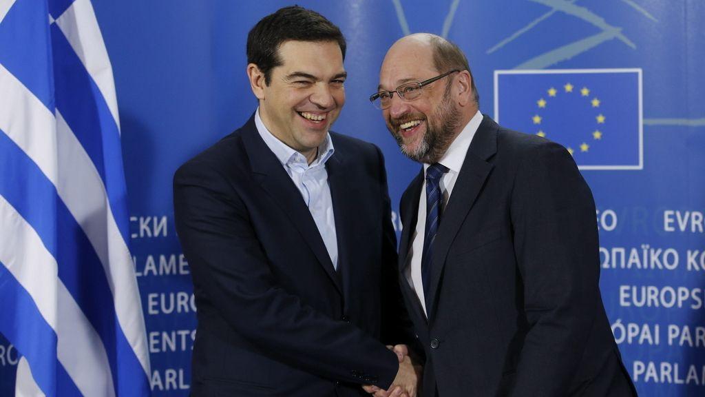 Martin Schulz da la bienvenida al nuevo primer ministro griego, Alexis Tsipras, antes de la reunión que celebraron en la sede del PE en Bruselas