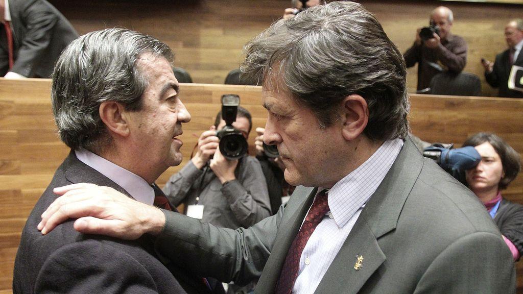 Javier Fernández, nuevo presidente del Principado de Asturias, saluda a Francisco Álvarez Cascos