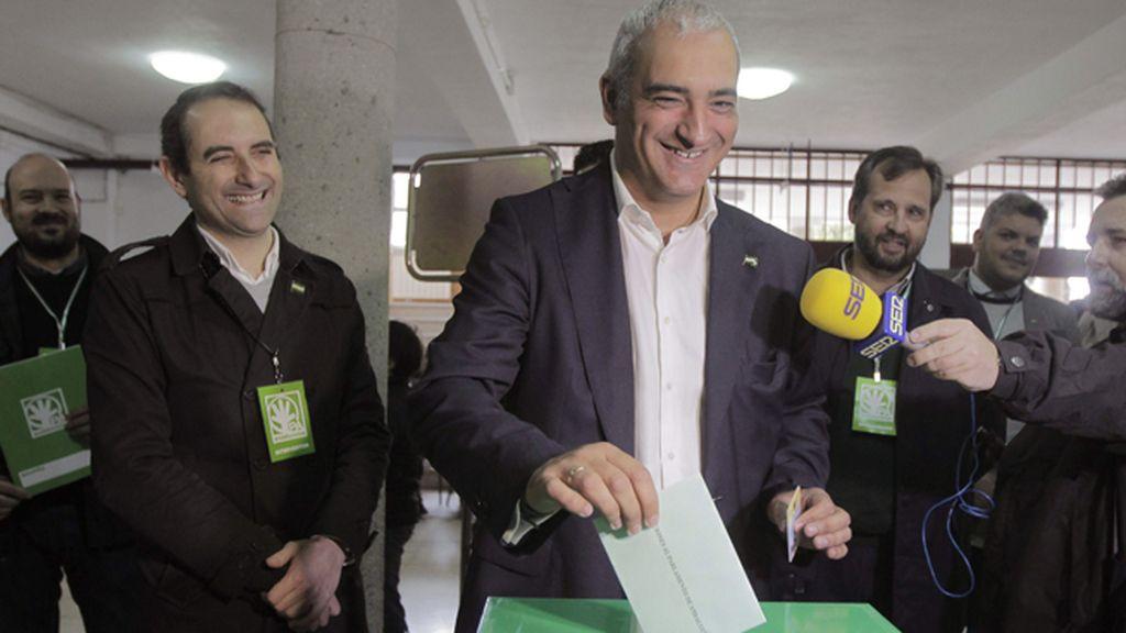 Antonio Jesús Ruiz, del Partido Andalucista, vota en el Puerto de Santamaría, Cádiz