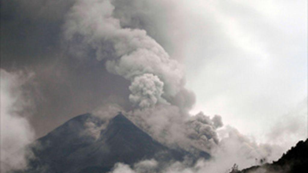 El volcán Tungurahua comienza a calmarse aunque continúa la alerta roja