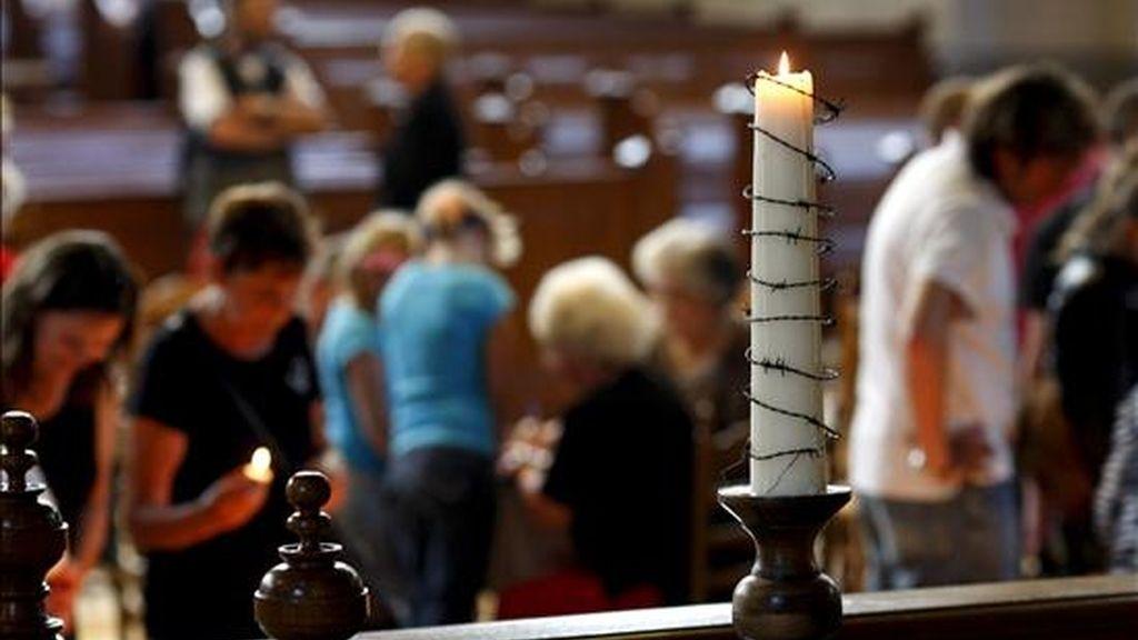 Una vela encendida en una iglesia de Apeldoorn, Holanda, durante un servicio religioso. EFE/Archivo