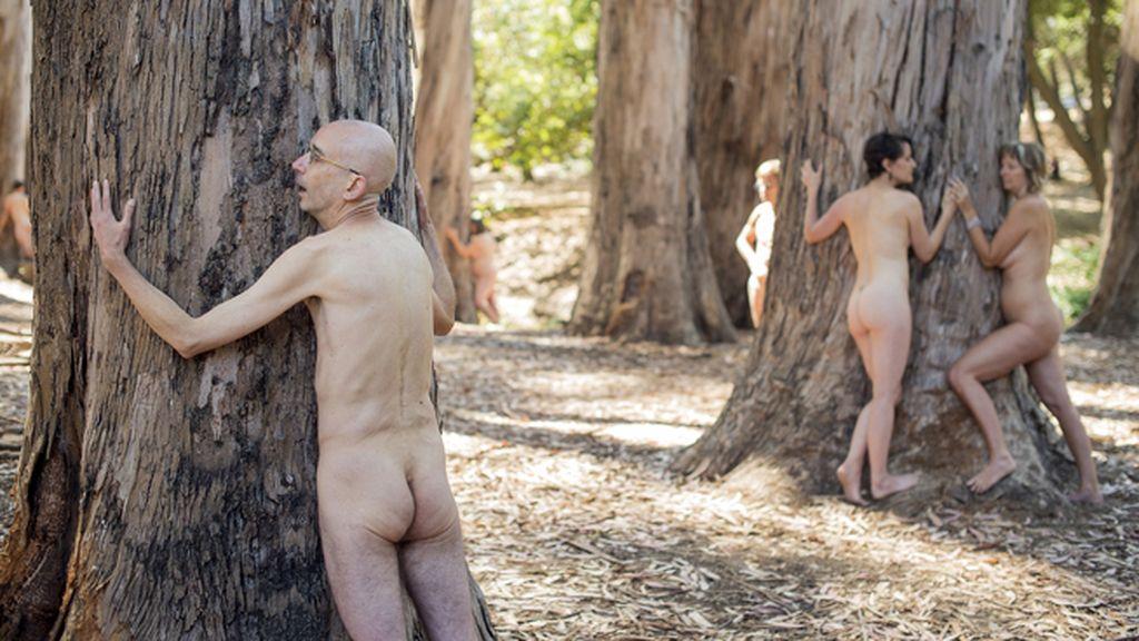 Se manifiestan desnudos para parar una deforestación en Berkeley, Estados Unidos