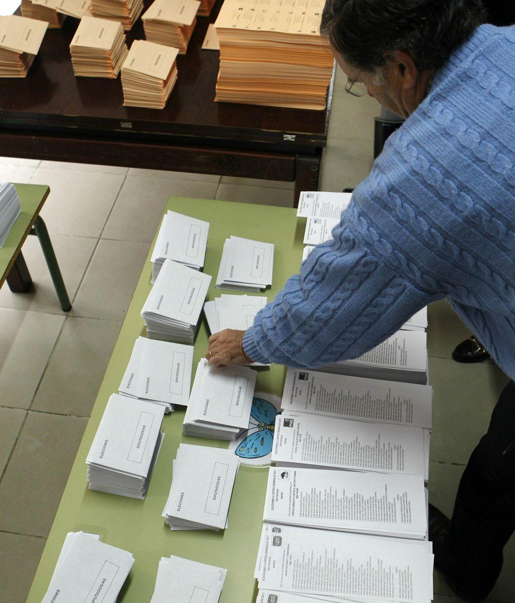 Un ciudadano coge una papeleta
