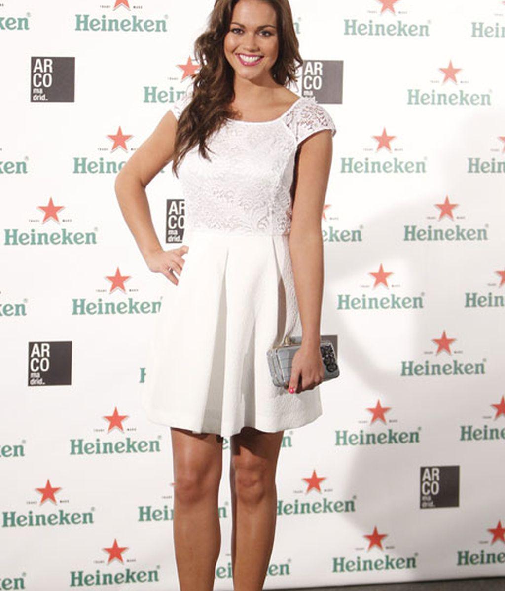 Lara Álvarez acudió con un mini vestido blanco