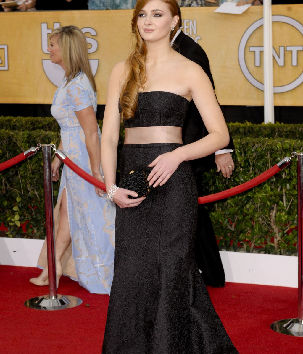 La jovencísima Sophie Turner, muy elegante de negro