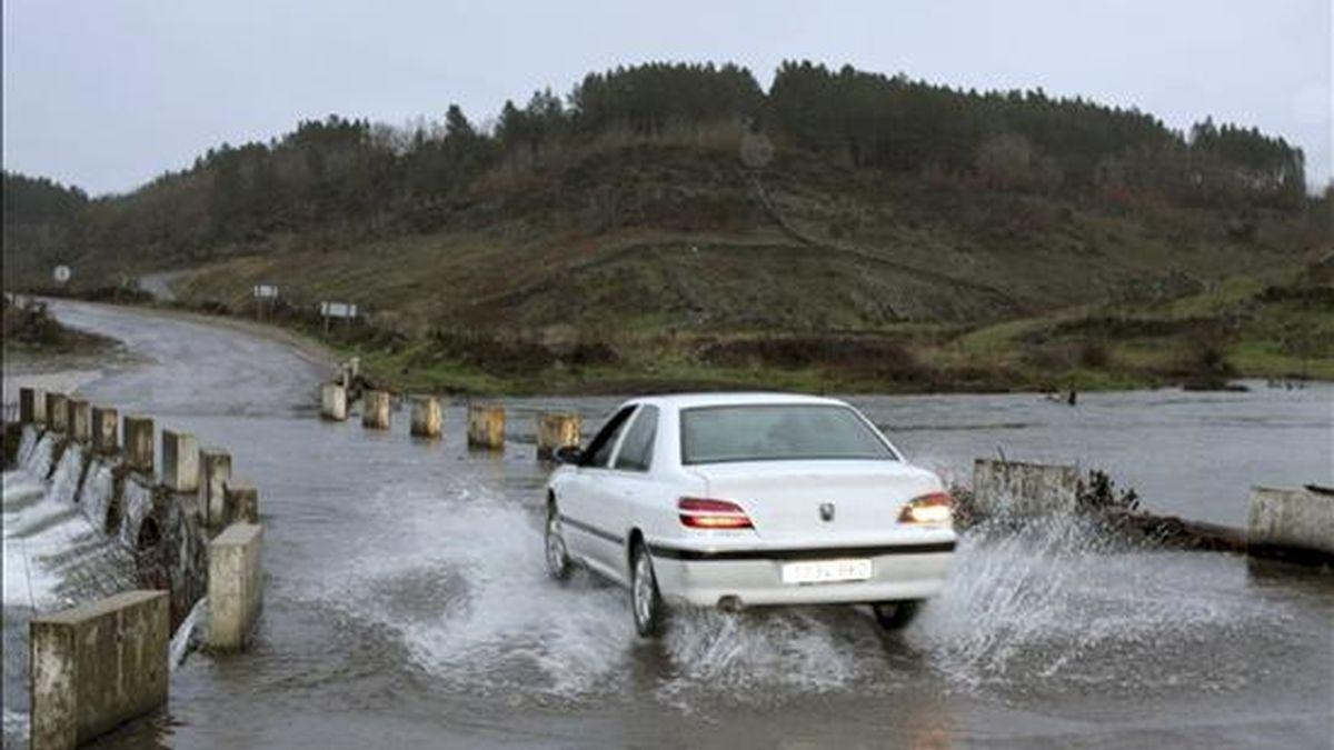 Un coche atraviesa el puente sobre el río Mayas desbordado el pasado 22 de diciembre. EFE/Archivo