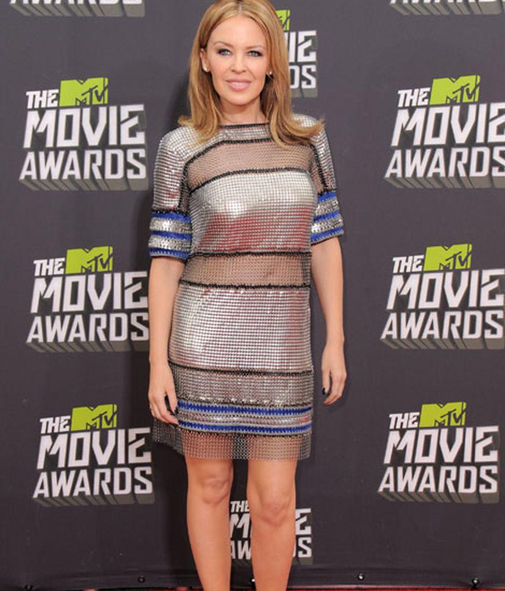 Kylie Minogue con un acertado vestido corto plateado