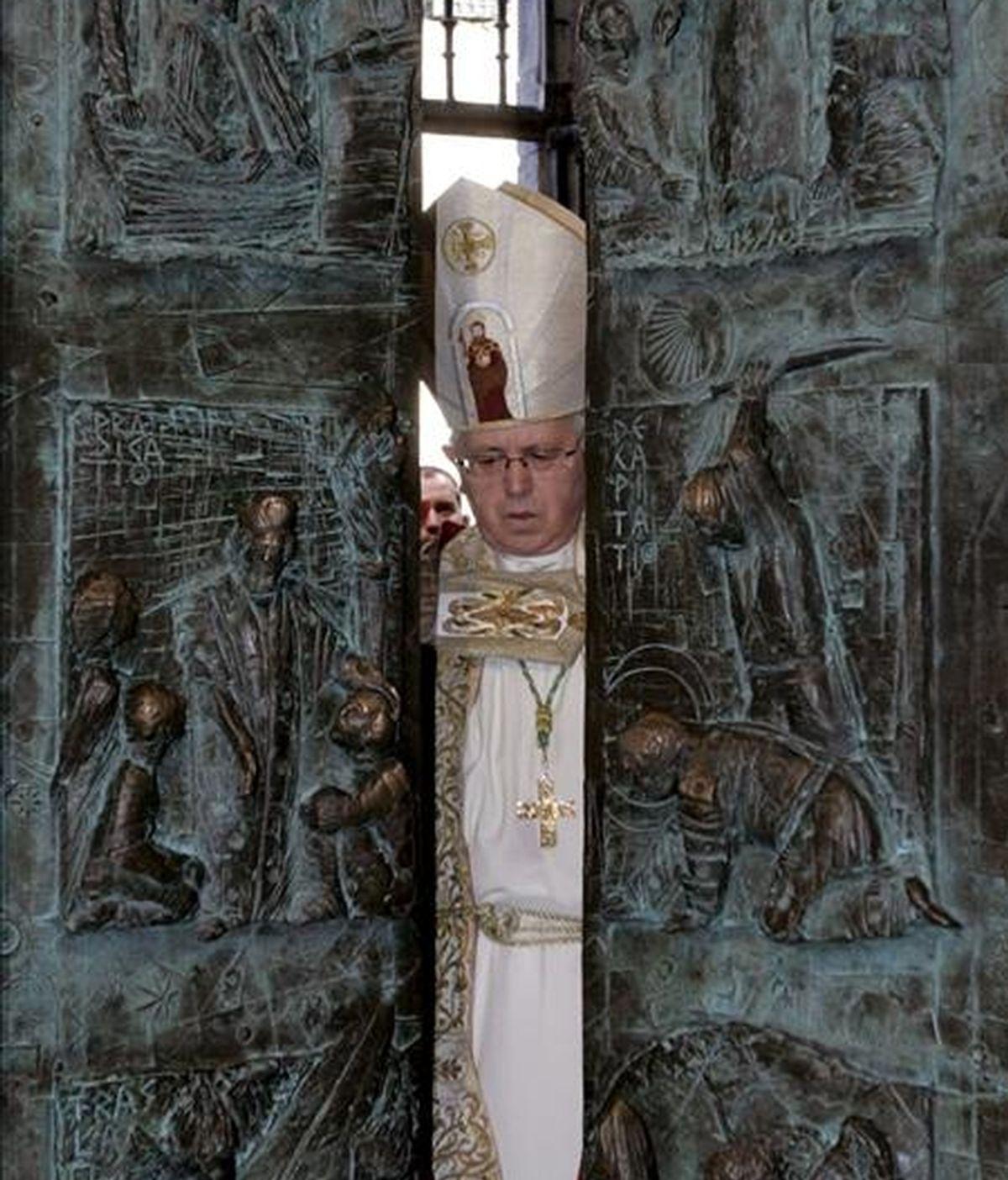 El arzobispo de Santiago, Julián Barrio, durante la ceremonia de cierre de la puerta santa de la catedral de Santiago, acto con el que se pone fin al año jubilar de mayor afluencia de visitantes a Galicia, con más de nueve millones de personas. EFE