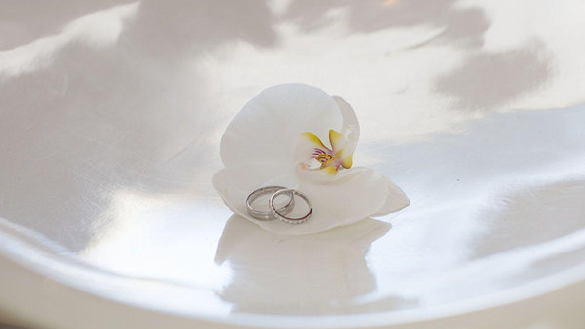 Una mujer se sorprende tras leer la inscripción de su anillo de boda 18 años después