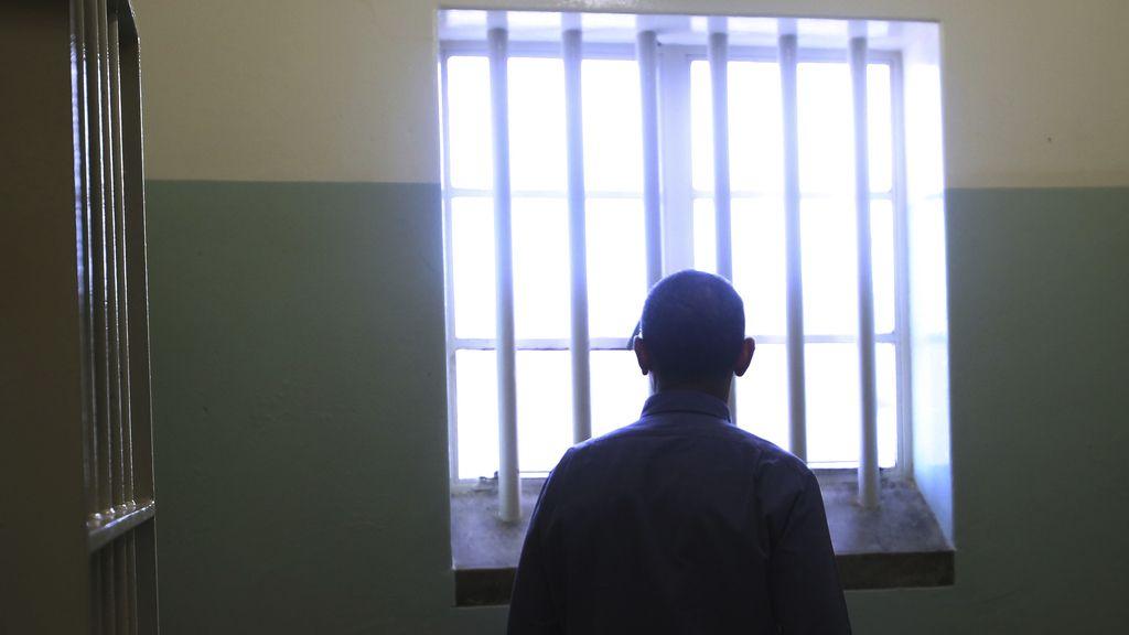 Obama, en la celda en la que Mandela pasó años encarcelado. Foto: Reuters