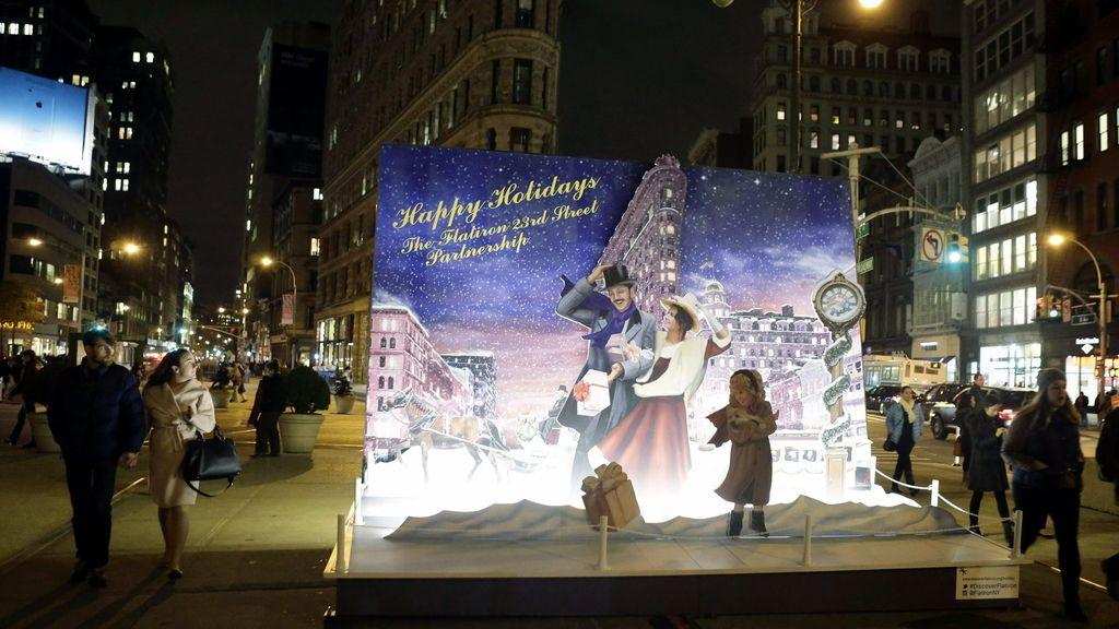 Tarjeta navideña gigante en 3D en el edificio Flatiron de Nueva York (EE.UU.)