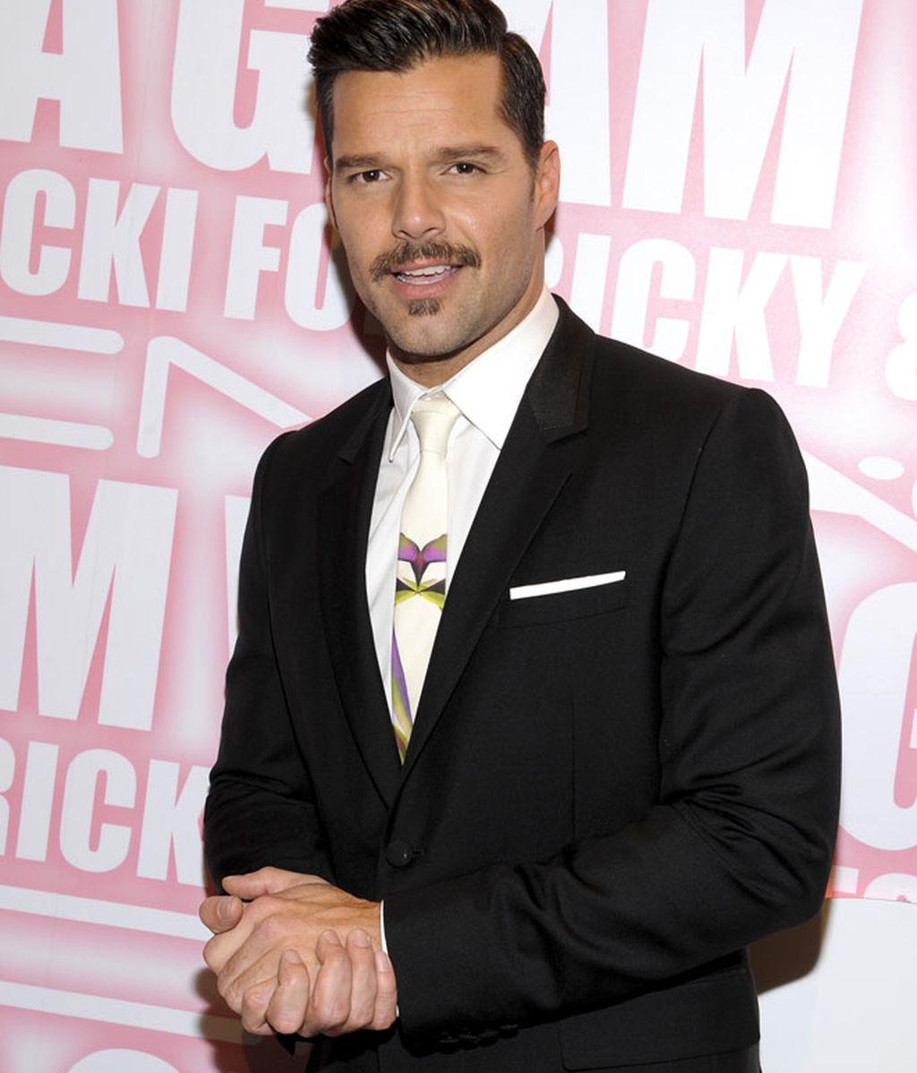 Ricky Martin se deja bigote en su campaña contra el SIDA