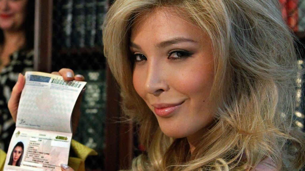 Jenna Talackova muestra su pasaporte en el que figura como mujer