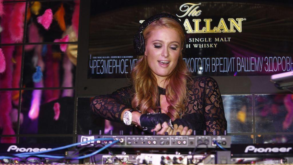 Paris Hilton en versión DJ para promocionar su último single
