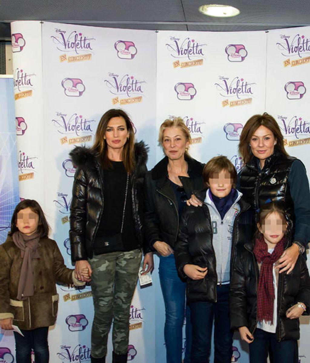 Nieves Álvarez y Nuria González posaron junto a sus hijos