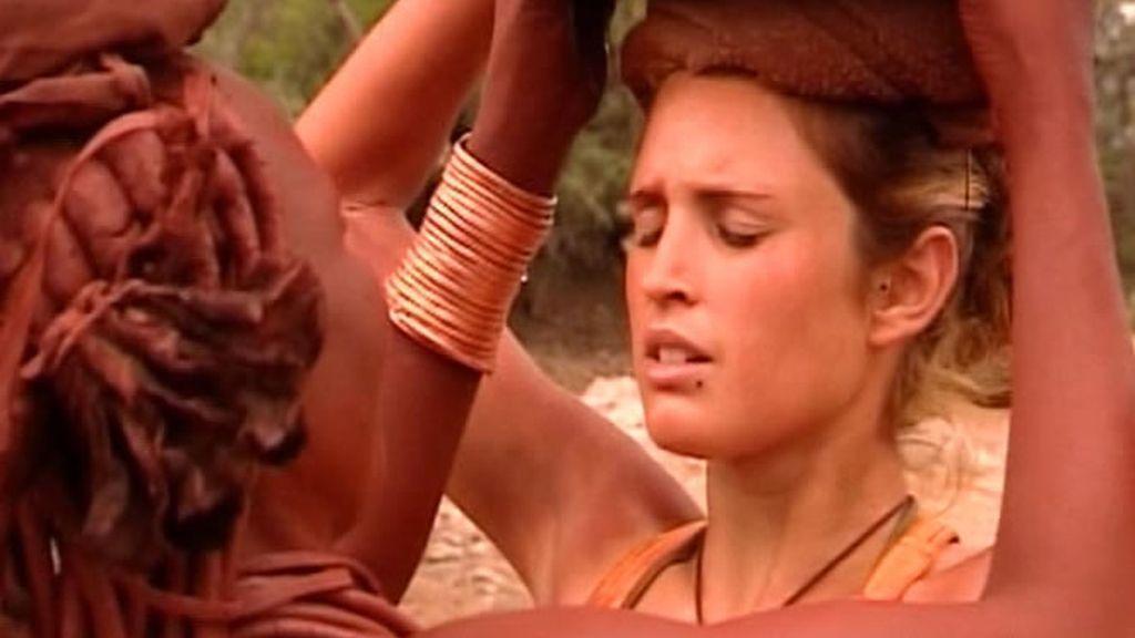 Los Carrión-Roldán cumplen con sus obligaciones diarias. Las niñas van a por agua, pero Laura sufre un percance, justo antes de pisar el poblado la derrama toda