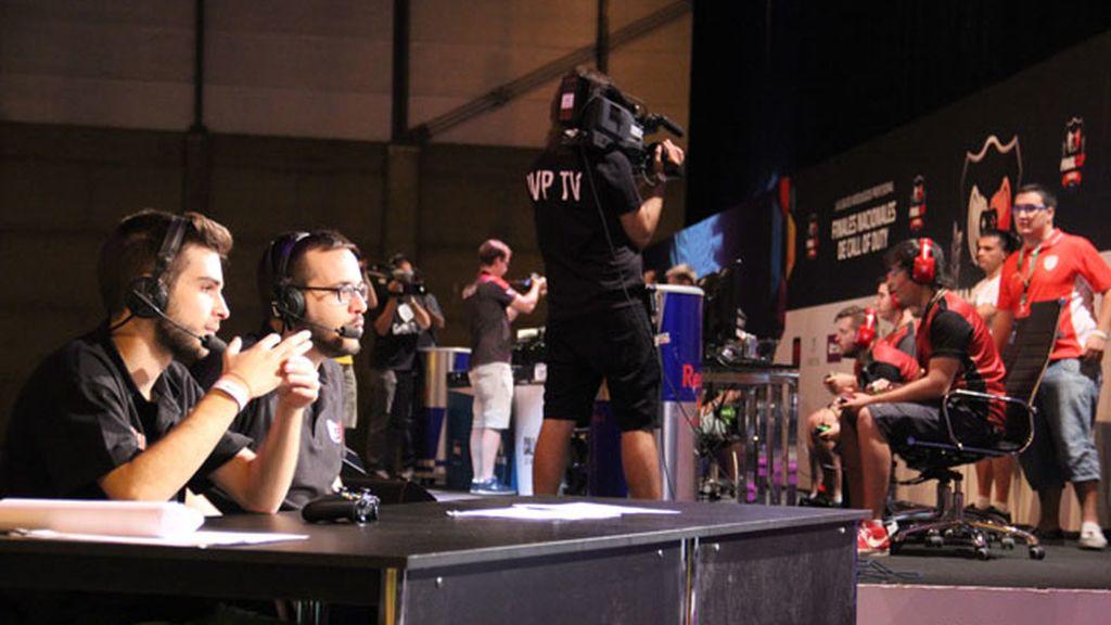 Joan Prieto y Ángel 'xFera' Quintana en el escenario de Call of Duty