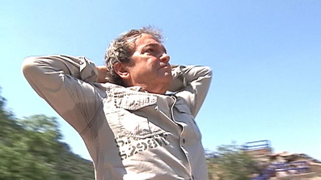 Joselito rememorando una escena de su película La saeta del pequeño ruiseñor
