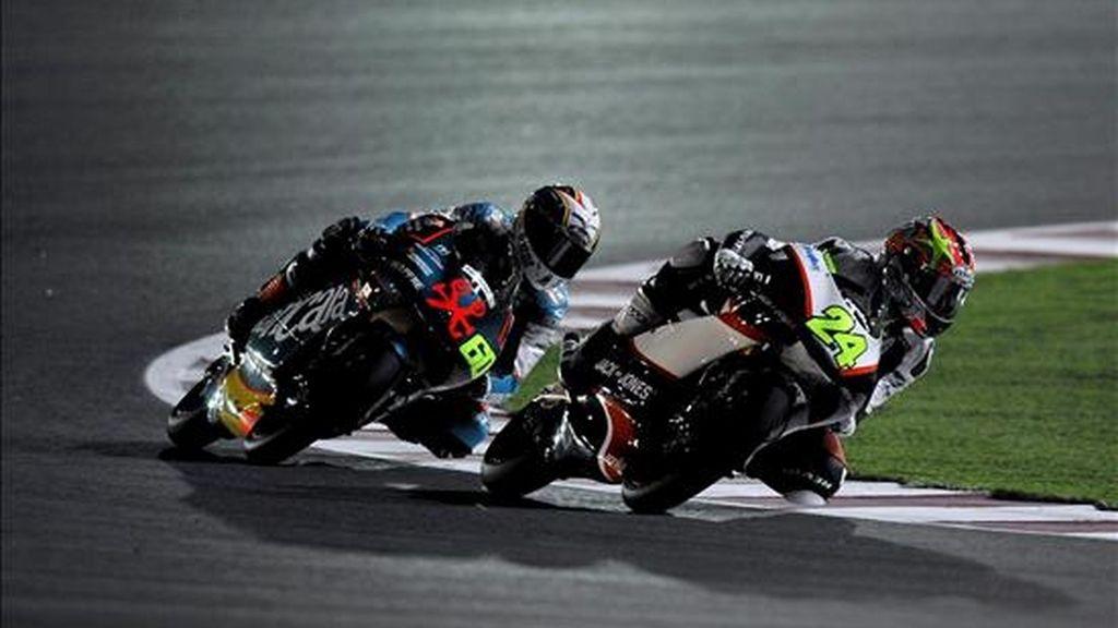Los pilotos de 125 cc, el italiano Simone Corsi (d), y el español Julián Simón (i), en sus motos durante la segunda sesión de entrenamientos libres para el Gran Premio de Qatar. La primera carrera del Gran Premio de Qatar se disputará mañana, 12 de abril de 2009, en el circuito de Losail, en Doha, Qatar. EFE