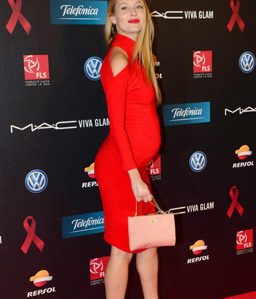 Vanessa Lorenzo presumió de embarazo con un ajustado vestido rojo