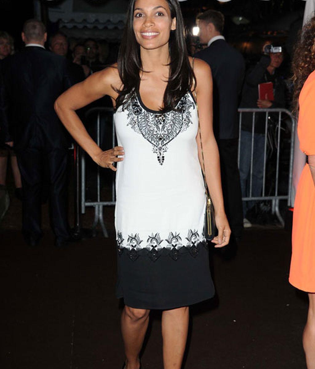 Rosario Dawson lució un vestido blanco y negro