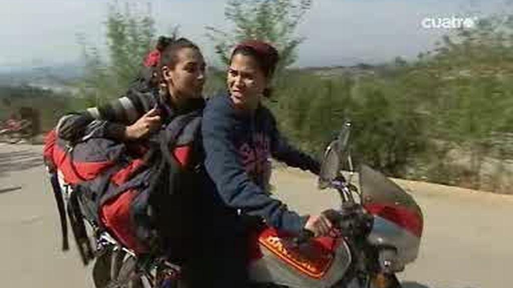 Los Bravos ambientan el paseo en moto de Mifua y Úrsula