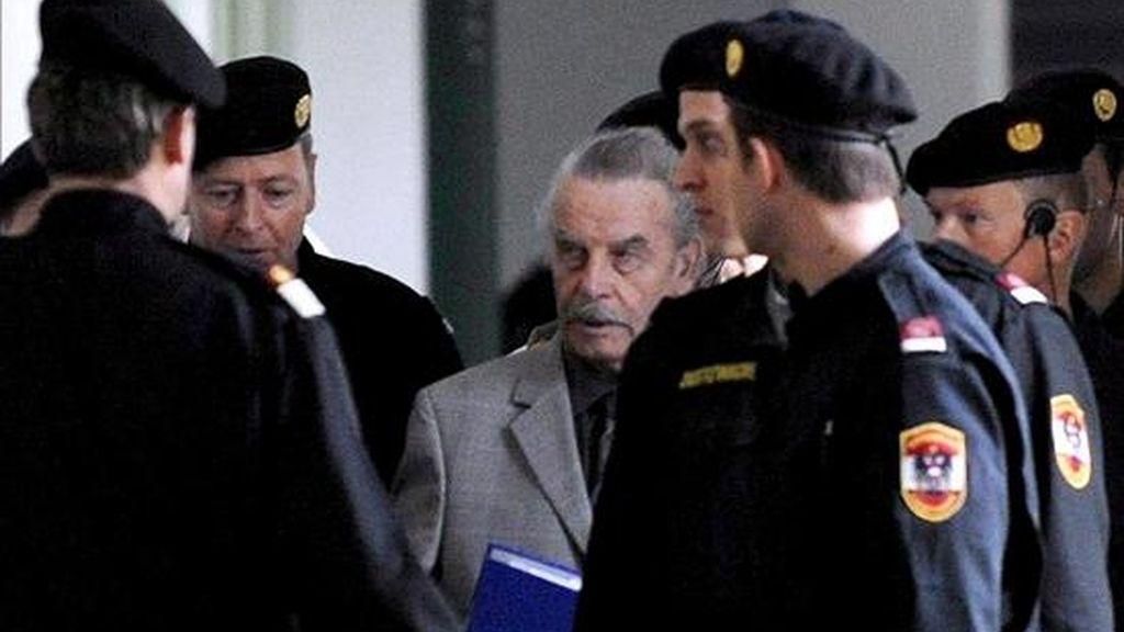 """Josef Fritzl (c), conocido como el """"monstruo de Amstetten"""", durante su llegada a la Corte al comienzo del segundo día de su jucio el 17 de de marzo de 2009, en St. Poelten, Austria. EFE"""