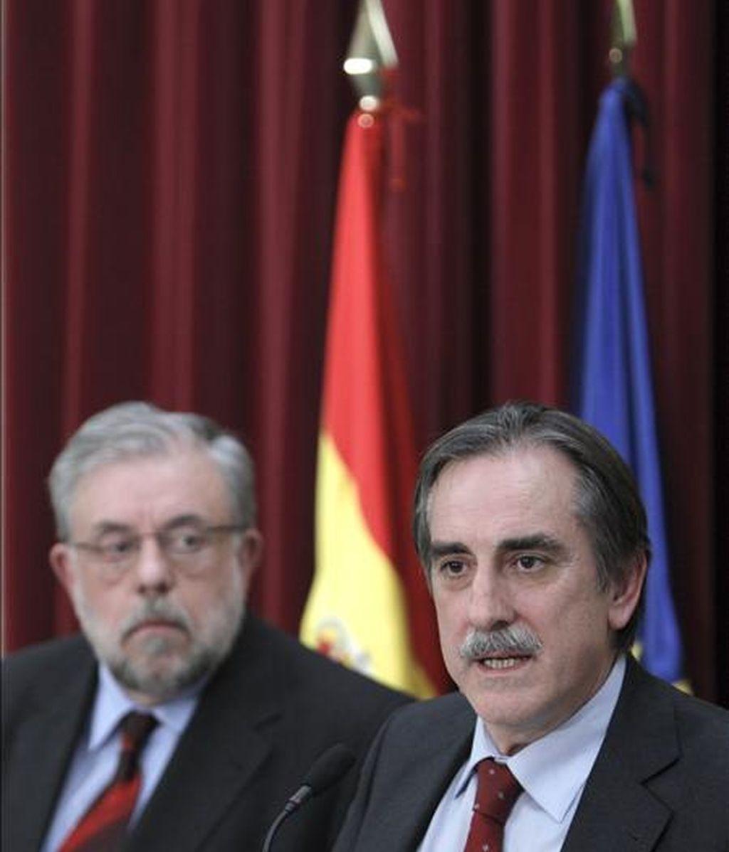 El ministro de Trabajo, Valeriano Gómez (d), acompañado por el secretario de Estado de Seguridad Social, Octavio Granado, realiza unas declaraciones. EFE/Archivo