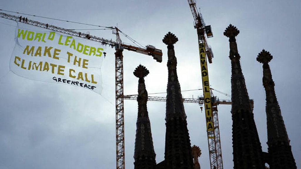 Greenpeace despliega una pancarta en la Sagrada Familia