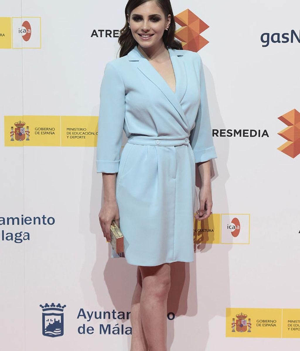 Andrea Duro, con vestido en tono azul pastel