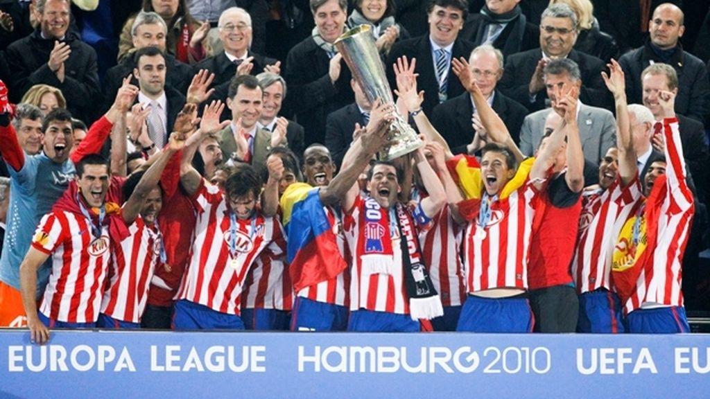 El Atlético levanta la copa al cielo de Hamburgo