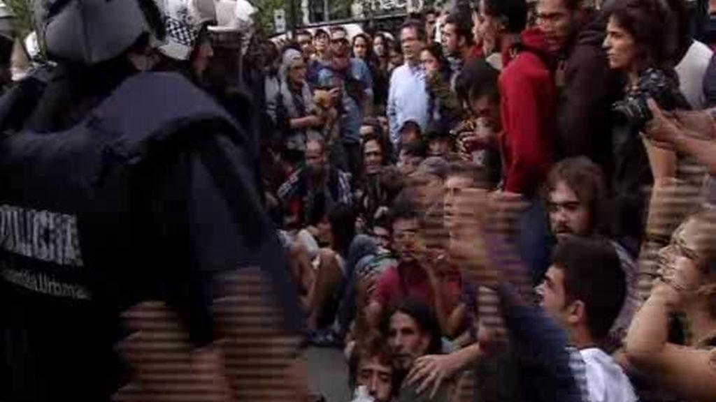 Los Mossos desalojan Plaza Cataluña