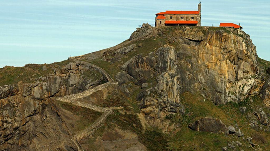 Y la ermita de Gazteluatxe no sólo guarda leyendas inolvidables sino que es, de todas, su verdadera vista favorita