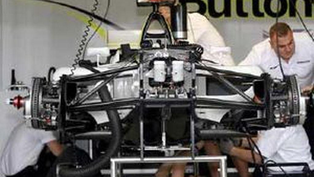 Los mecánicos de Brawn GP revisan un coche en el garaje en el circuito de Albert Park, en Australia. Foto: EFE