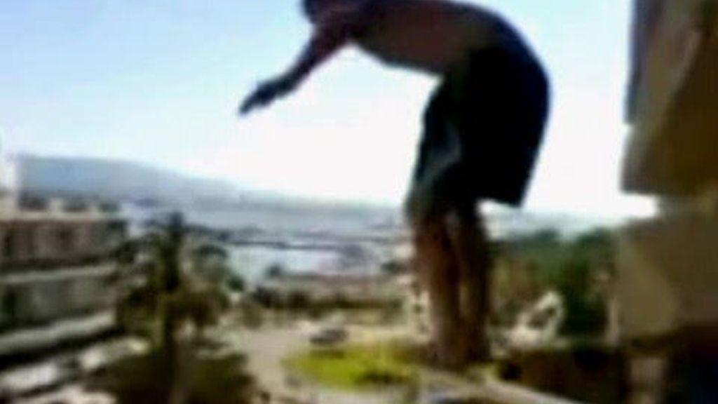Saltar desde la terraza a la piscina, una moda que puede salir muy cara