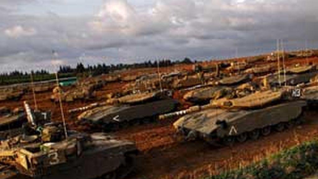 Decenas de combatientes han muerto en los primeros enfrentamientos registrados en la noche del sábado entre milicianos palestinos y soldados israelíes tras la invasión de Gaza. Foto EFE