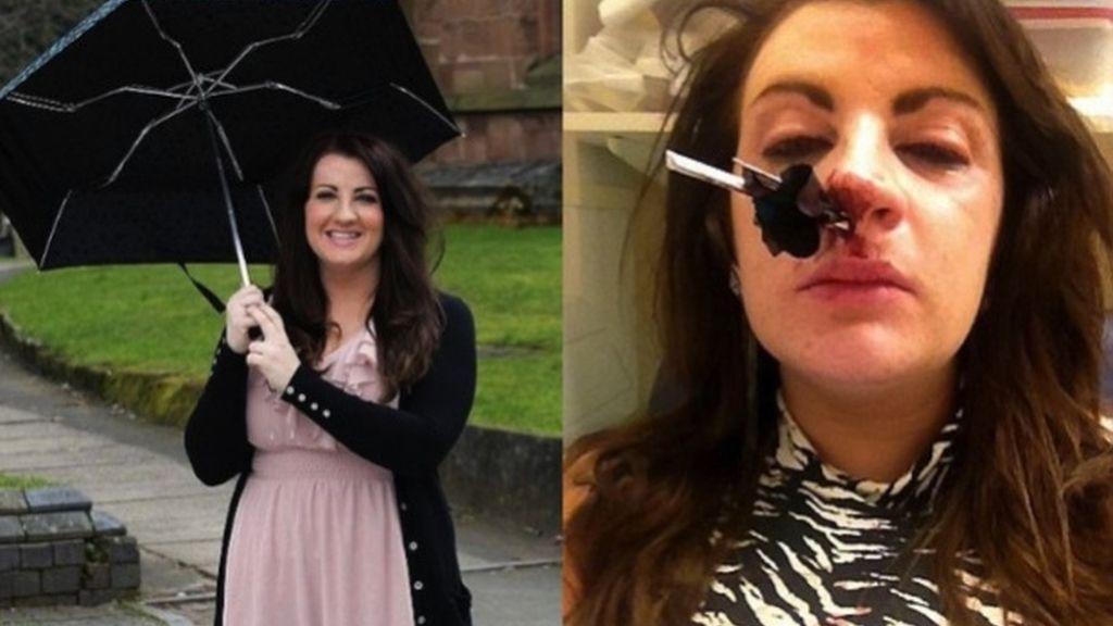 Jessica Yates se mete un paraguas por la nariz. Foto: TvNotas