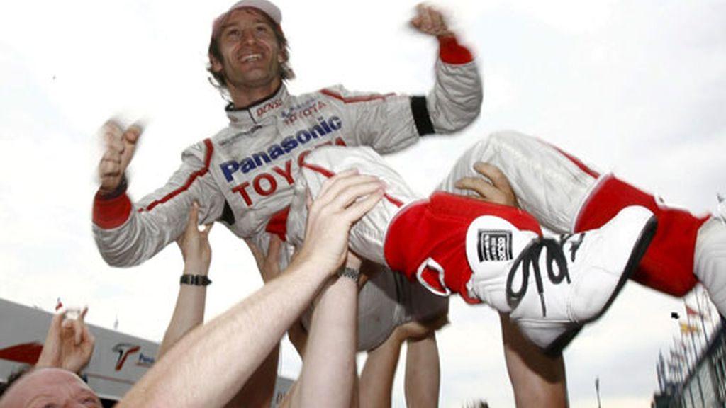 Trulli celebra su tercera posición con sus compañeros de equipo