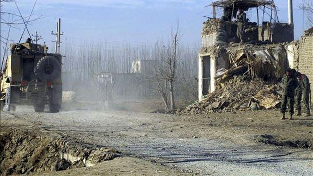 Soldados estadounidenses inspeccionan el lugar donde se produjo ayer un atentado suicida en Kunduz (Afganistán). Un terrorista sucida estalló con explosivos un coche robado de la policía cerca de un punto de control militar hiriendo a cinco soldados afganos y nueve civiles. EFE