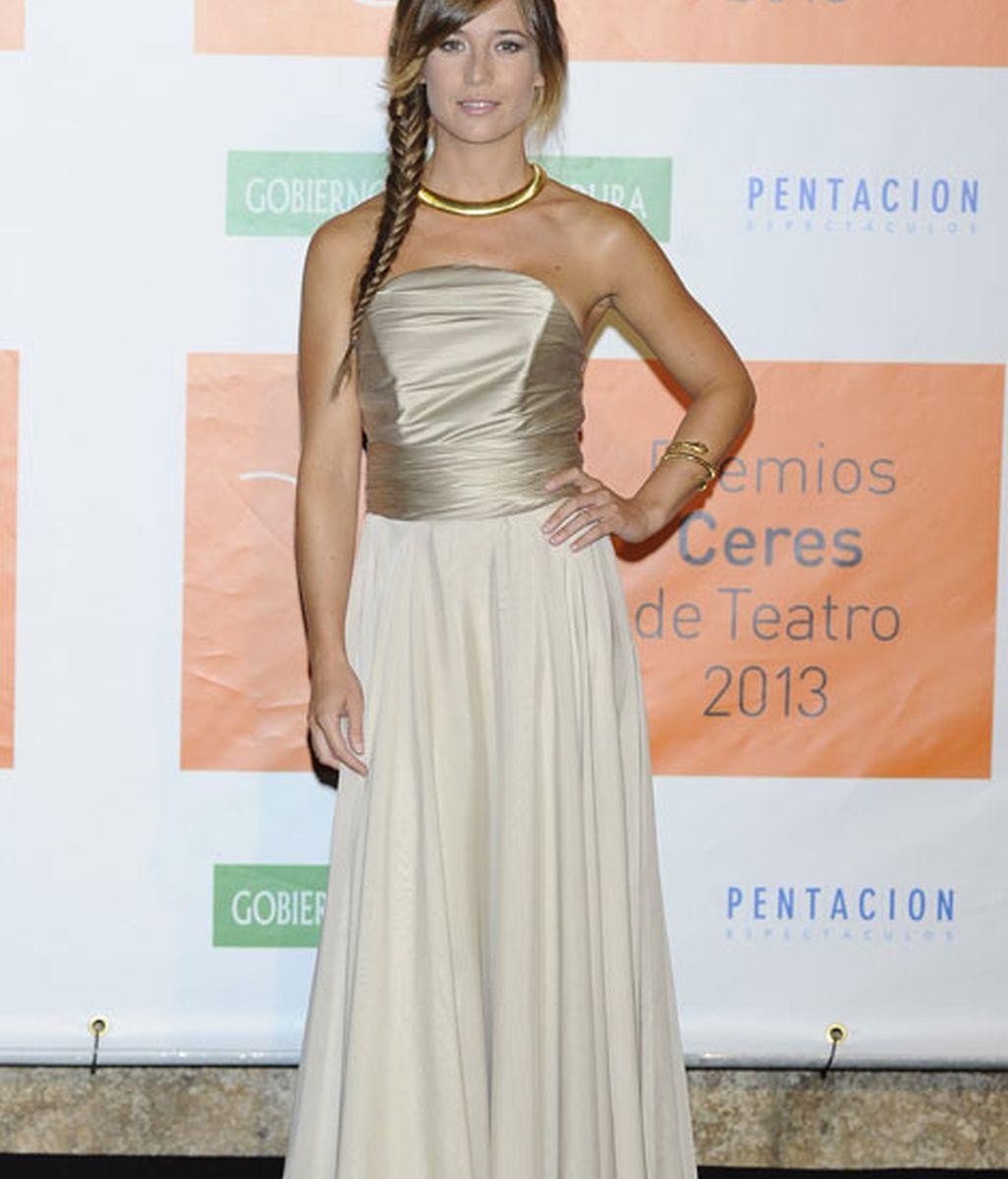 Marta Etura combinó su vestido beige con detalles dorados