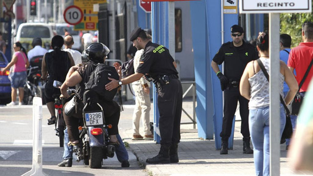 Guardia Civil cachea en la verja de Gibraltar