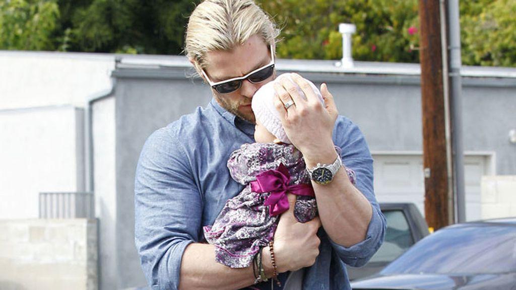Chris Hemsworth, marido de Elsa Pataki, con su niña