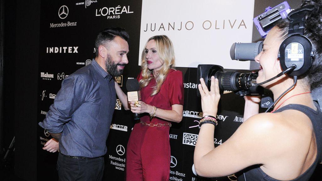 Clara Courel intentando descubrir todos los secretos de lo nuevo de Juanjo Oliva